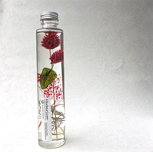 ハーバリウムとは、植物標本を意味し、 専用のオイルにドライフラワーやブリザードフラワーを浸し、長くお花を楽しんでいただけるインテリアです。