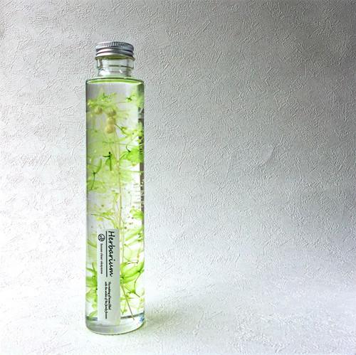 ハーバリウムとは、植物標本を意味します。 専用のオイルにドライフラワーやブリザードフラワーを浸し、長くお花を楽しんでいただけるインテリアです。